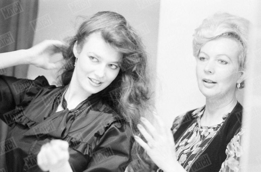 Paris Match a suivi Patricia Barzyk, Miss France 1980, à Londres où elle est venue - accompagnée de sa mère et de Geneviève de Fontenay - pour le concours de Miss Monde, le 13 novembre 1980.