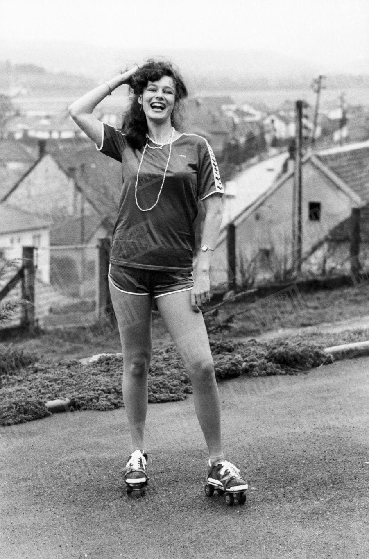 """""""Sportive, elle a fait un cent mètres devant notre photographe mais par pudeur elle a gardé son collant avec son short."""" - Paris Match n°1599, 18 janvier 1980"""