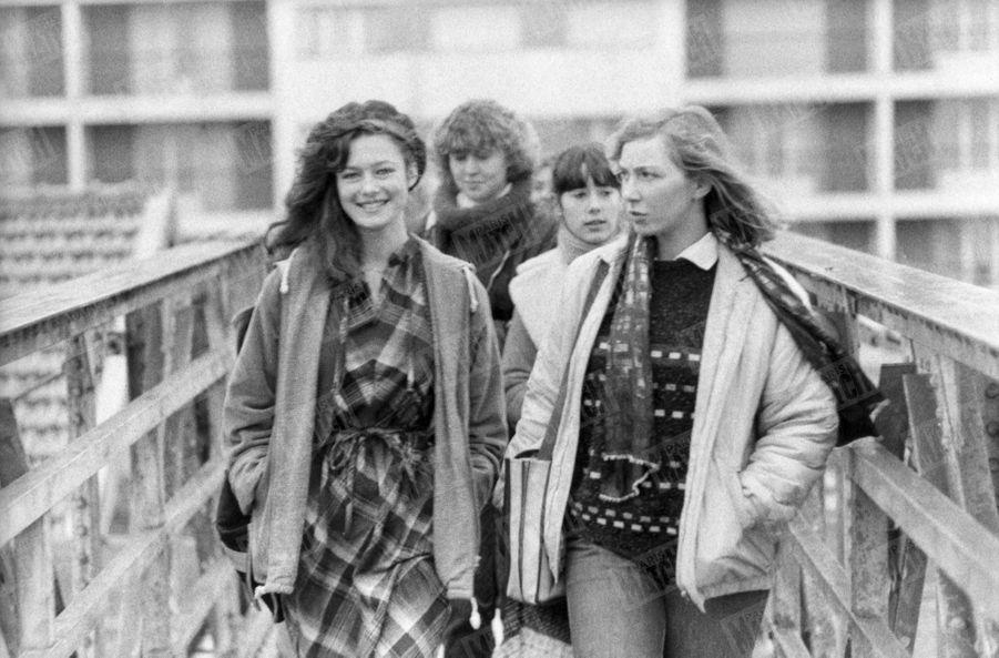 """""""A Montbéliard, à la sortie du lycée Cuvier, Patricia raconte son élection à ses camarades."""" -Paris Match n°1599, 18 janvier 1980"""