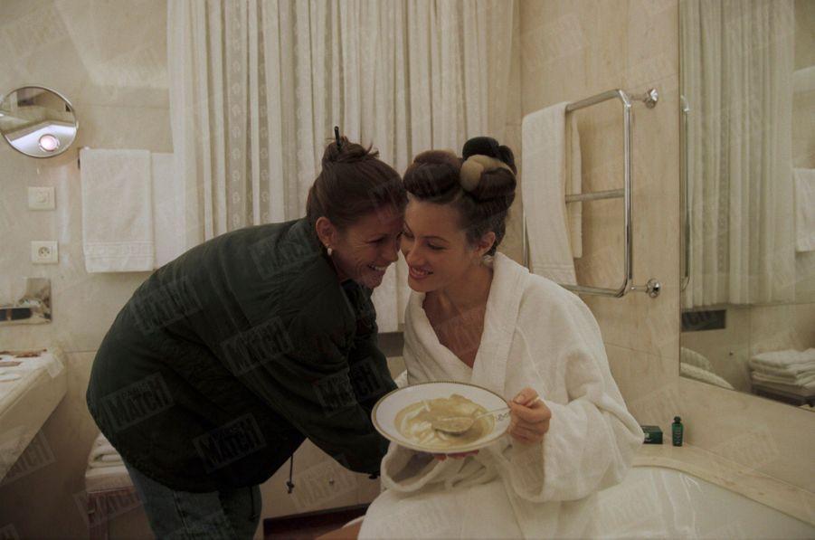 «Dans sa chambre de l'hôtel Bristol, Mareva se remet de ses émotions et de sa nuit presque blanche (elle est rentrée à 6 heures du matin) avec Marie-Hélène, sa mère, rayonnante de fierté.» - Paris Match n°2587, 24 décembre 1998