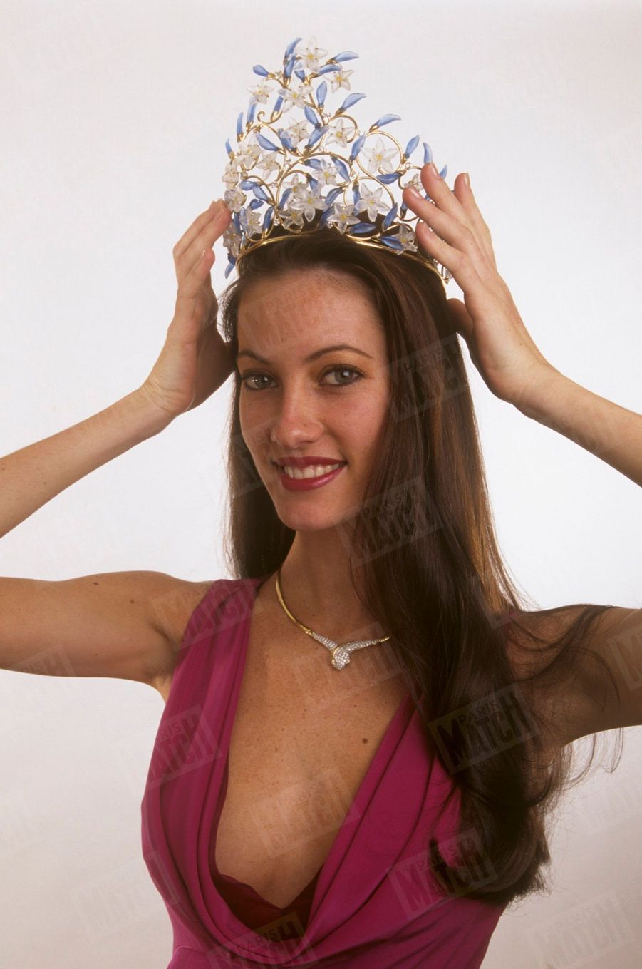 Mareva Galanter, Miss France 1999, pose pour Paris Match le 14 décembre 1998.