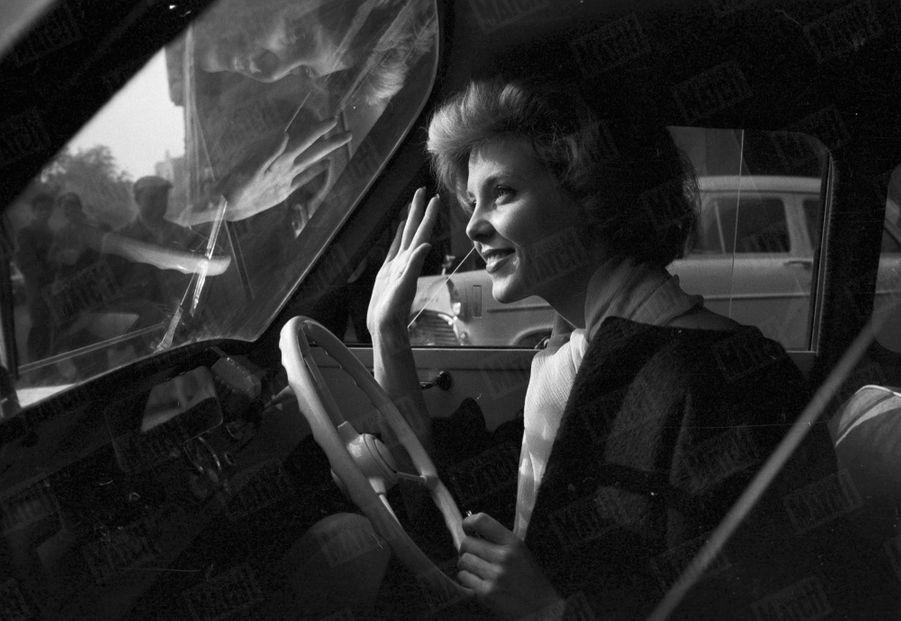 Corine Rottschäfer, Miss Monde 1959, et son gros lot : une petite voiture...