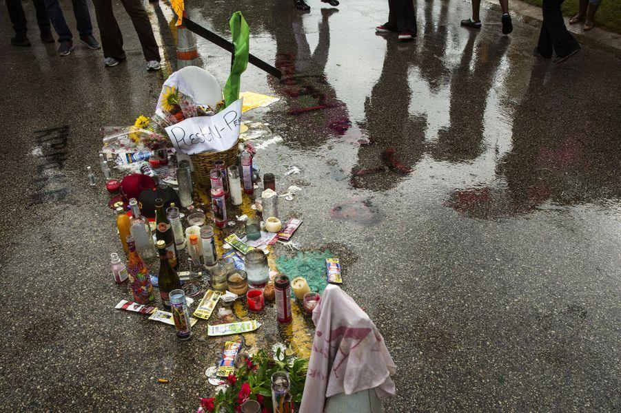 Des fleurs ont été déposées à l'endroit où Michael Brown a été tué