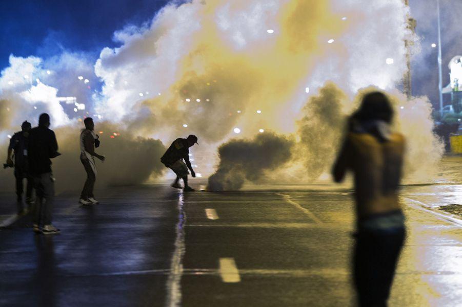 Des fumigènes ont été utilisés pour disperser la foule