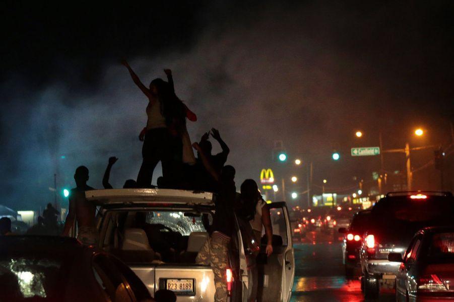 Le couvre-feu a été brisé et des boutiques pillées à Ferguson
