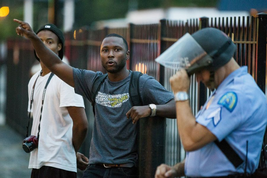 Les mains en l'air, devenues un symbole pour ceux qui réclament justice pour la mort de Michael Brown