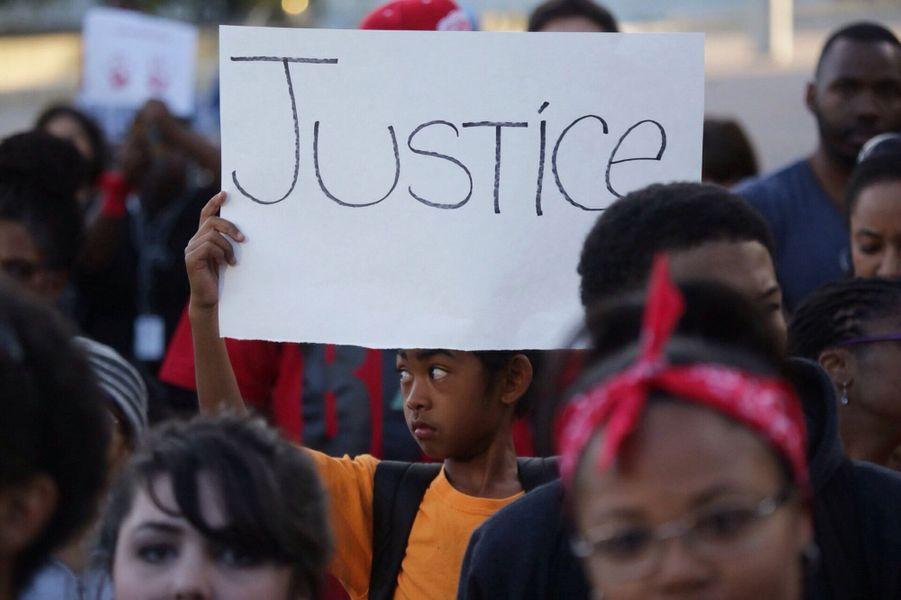 Les manifestants réclament la mise en examen du policier pour meurtre avec préméditation, comme ici à Detroit