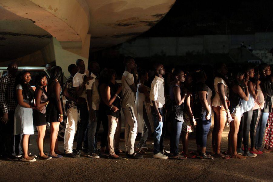 La foule faisant la queue pour le concert de Wizkid dans un stade de football à Bamako (Mali)