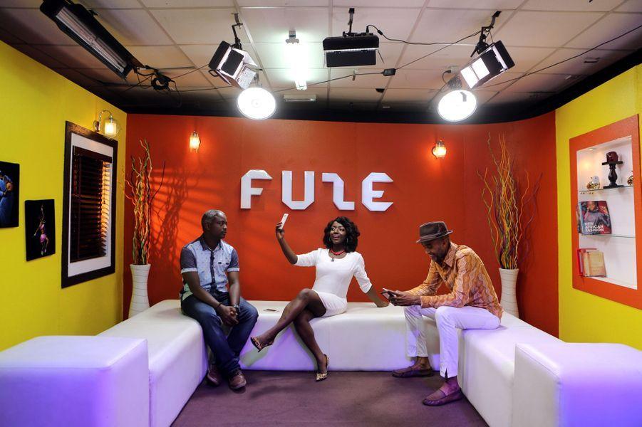 Le musicien Ade Bantu (à droite) sur le plateau d'une émission musicale dffusée à la télévision nigériane