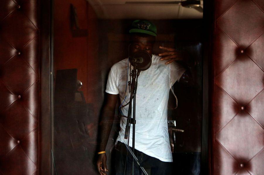 Le rappeur Bayonet en studio à Lagos