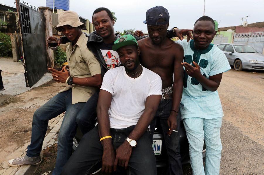 Les membres du crew de hip hop Fire Nation Blowing Purple Cloud à Lagos