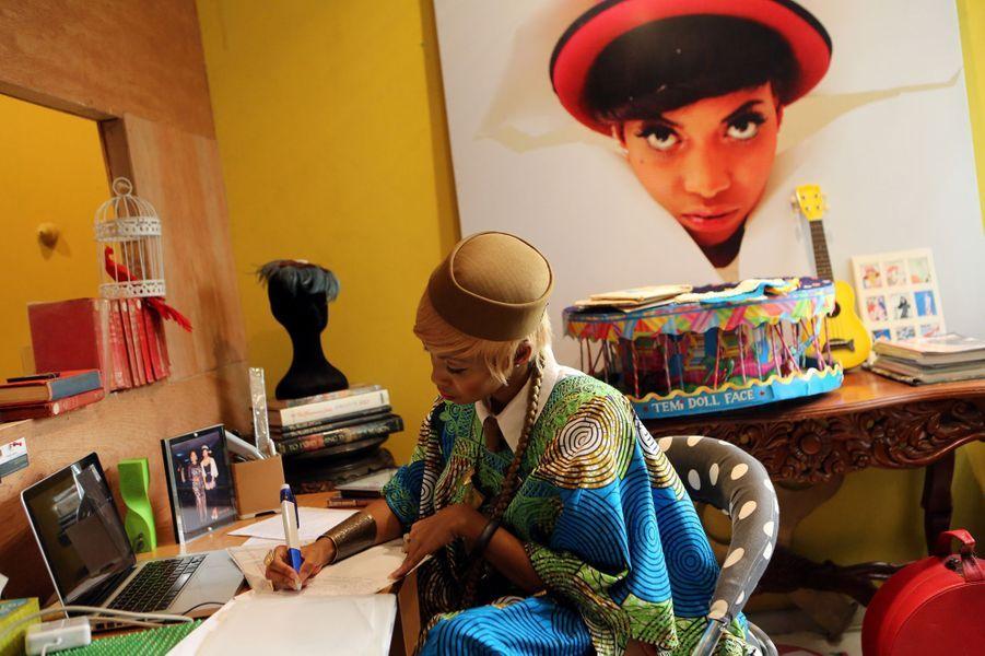 Temi Dollface en studio à Lagos