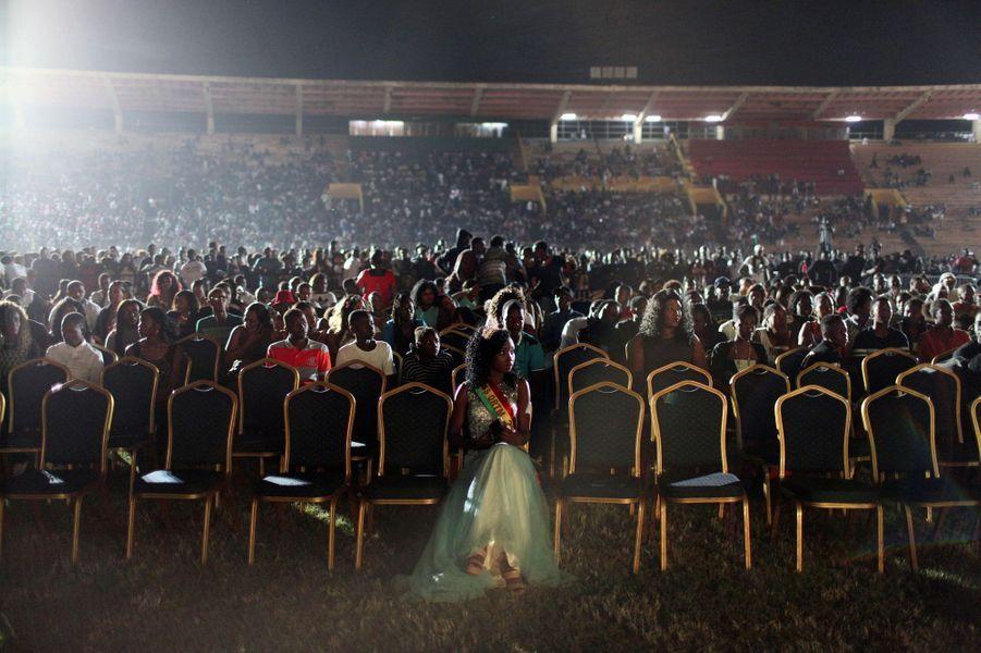 Une Miss malienne assise dans la section VIP au concert de Wizkid