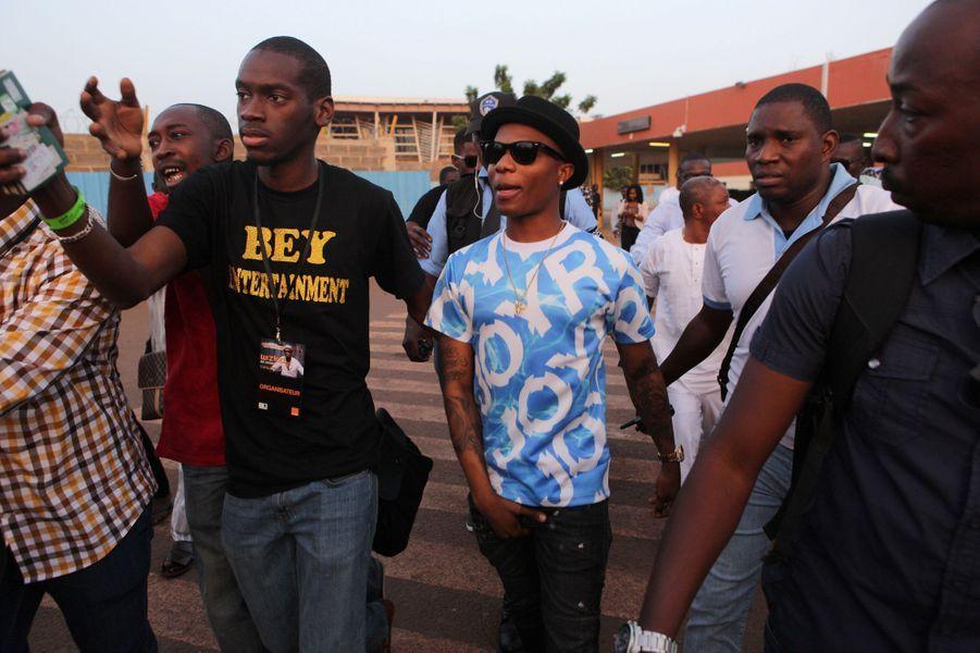 Wizkid escorté jusqu'au stade de football pour son concert à Bamako (Mali)