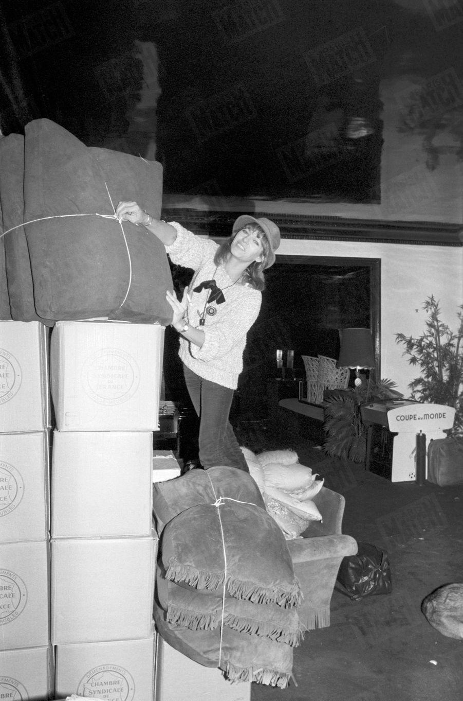 Nathalie Delon en plein déménagement en novembre 1978.