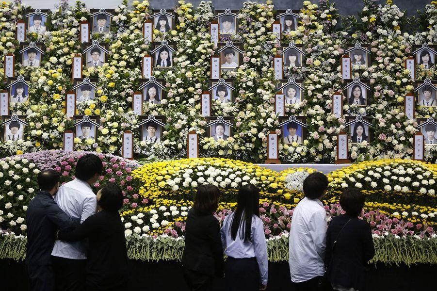 L'espoir a depuis plusieurs jours laissé place au chagrin. Survivants et proches des victimes du naufrage du Sewol défilent devant le mémorial situé à Ansan, en Corée du Sud. Le 16 avril, le ferry qui reliait le port d'Incheon, près de Séoul, à l'île de Jeju, s'est abîmé en mer. A son bord, 476 passagers dont 339 élèves et professeurs du lycée Danwon, à la périphérie de Séoul, en sortie éducative. La catastrophe a fait plus de 300 morts et disparus. Les recherches se poursuivent pour récupérer les nombreux corps qui manquent à l'appel.