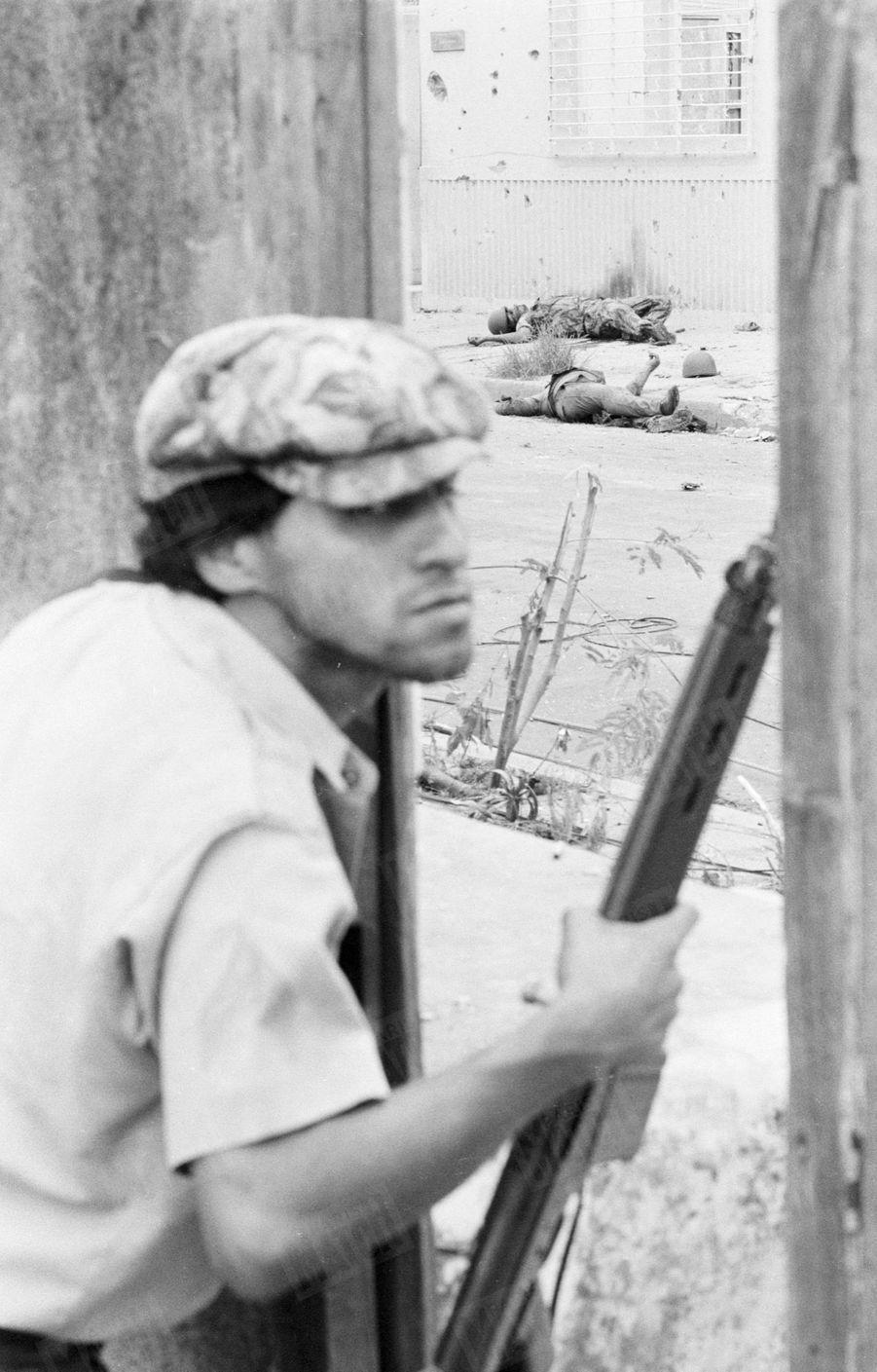 «Combat de rue dans Léon. Ce guérillero vient d'abattre deux soldats de la guardia civil du général Somoza.» - Paris Match n°1571, 6 juillet 1979