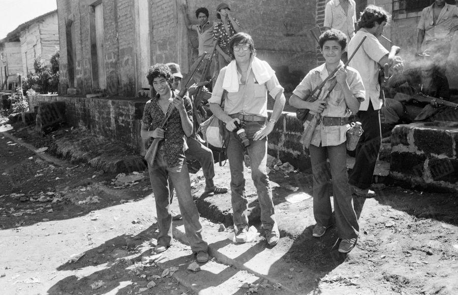 Benoît Gysembergh, avec les guérilleros de la révolution sandiniste contre le régime du président Somoza au Nicaragua, en juin 1979.