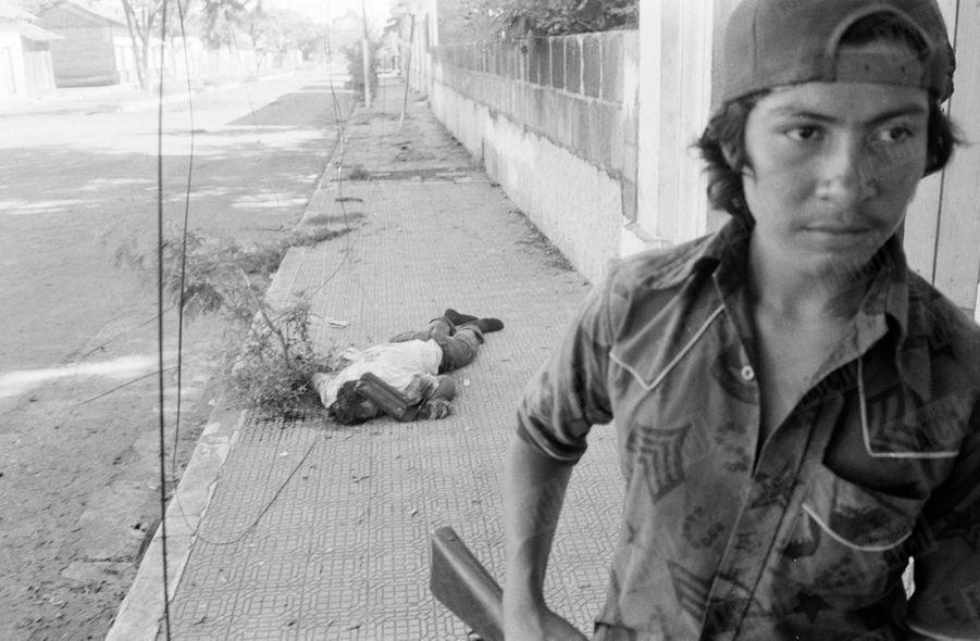 «Ce jeune guérillero vient d'abattre un garde civil qui avait abandonné son uniforme pour s'enfuir de Léon libérée.» - Paris Match n°1571, 6 juillet 1979