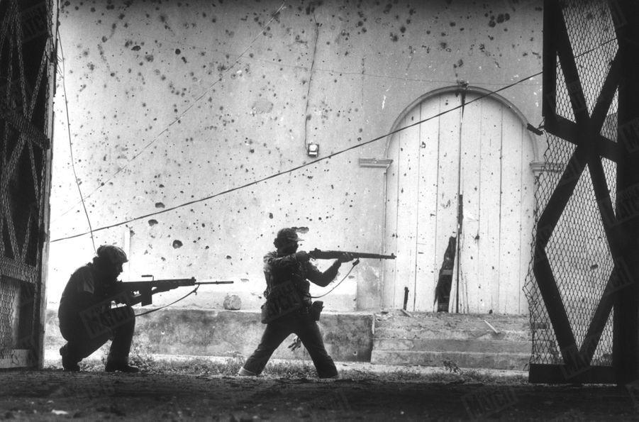 «Ces guérilleros attaquent le dernier carré de la guardia civil de Léon : une dizaine de combattants tout au plus, retranchés dans l'un des bâtiments de leur caserne. » - Paris Match n°1571, 6 juillet 1979
