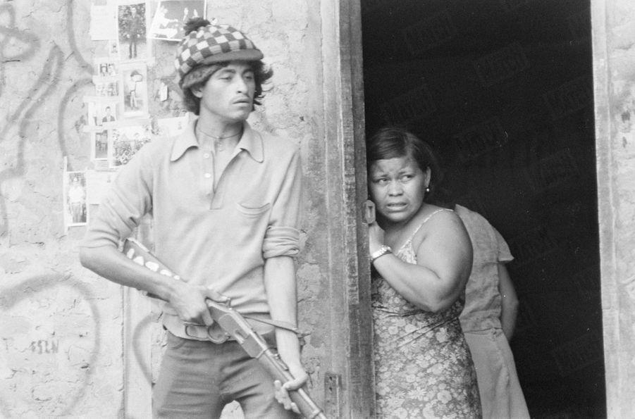 «Combat de rue dans Léon. Derrière ce combattant, ces photos, collées au mur, sont celles de gardes civils recherchés par les sandinistes.» - Paris Match n°1571, 6 juillet 1979