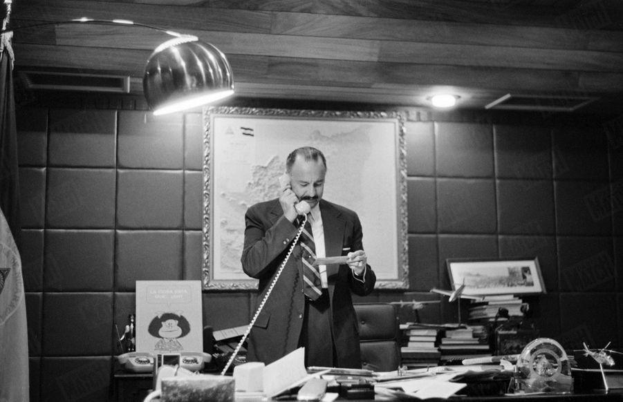 Le président du Nicaragua Anastasio Somoza dans son bureau, lors de la guerre civile qui oppose les forces gouvernementales au Front sandiniste de libération nationale, en mars 1979.