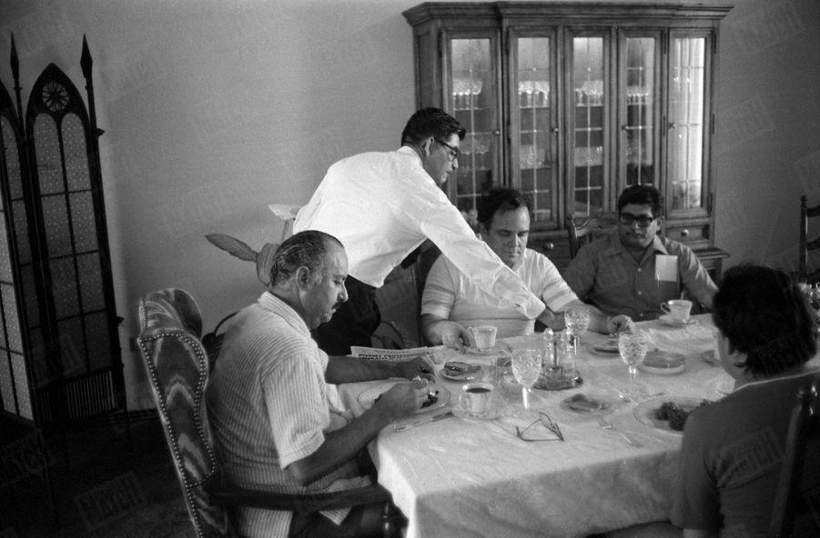 Le président du Nicaragua Anastasio Somoza, prenant le petit-déjeuner avec des membres de son équipe, lors de la guerre civile qui oppose les forces gouvernementales au Front sandiniste de libération nationale, en mars 1979.