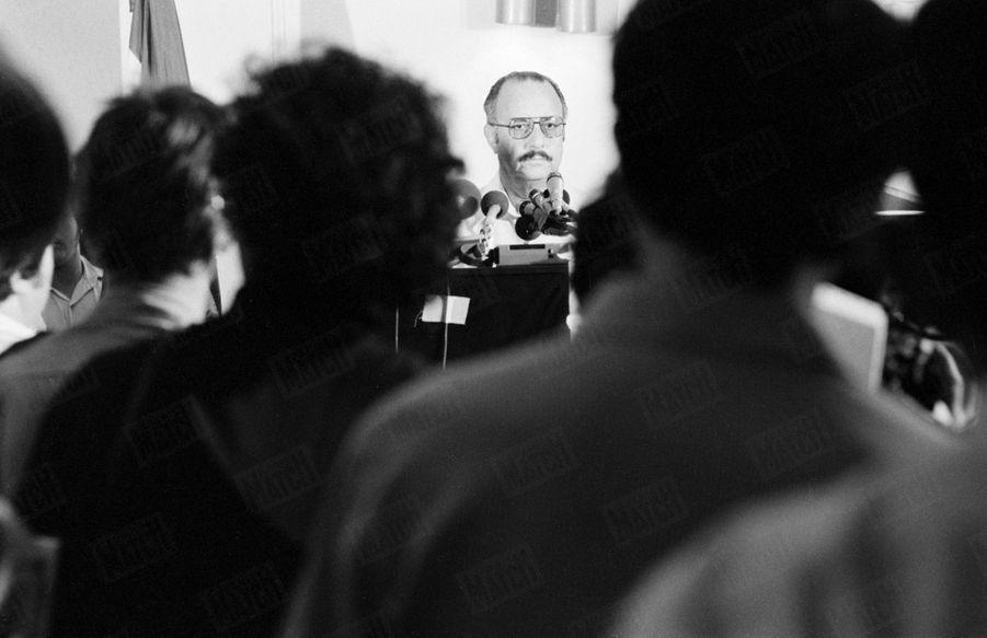 «Le président Somoza face aux journalistes indignés. L'homme qui a abattu votre confrère sera châtié, dit-il. » - Paris Match n°1571, 6 juillet 1979