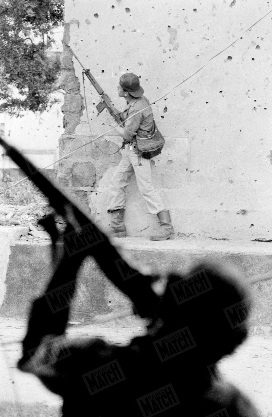 «Salves des guérilleros sur avion gouvernemental qui mitraille et bombarde systématiquement les rues de Léon. » - Paris Match n°1571, 6 juillet 1979