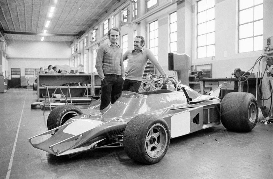 Niki Lauda (à g.) en février 1974, deux ans avant son accident, dans un atelier de l'usine Ferrari à Maranello, en compagnie du pilote Clay Regazzoni.