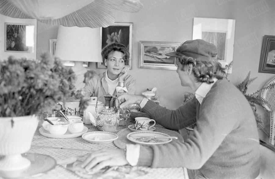"""""""Marlène prépare elle-même le petit déjeuner : thé, confiture de fraise, jus d'organe. Niki ne suit pas de régime."""" - Paris Match n°1484, 4 novembre 1977"""