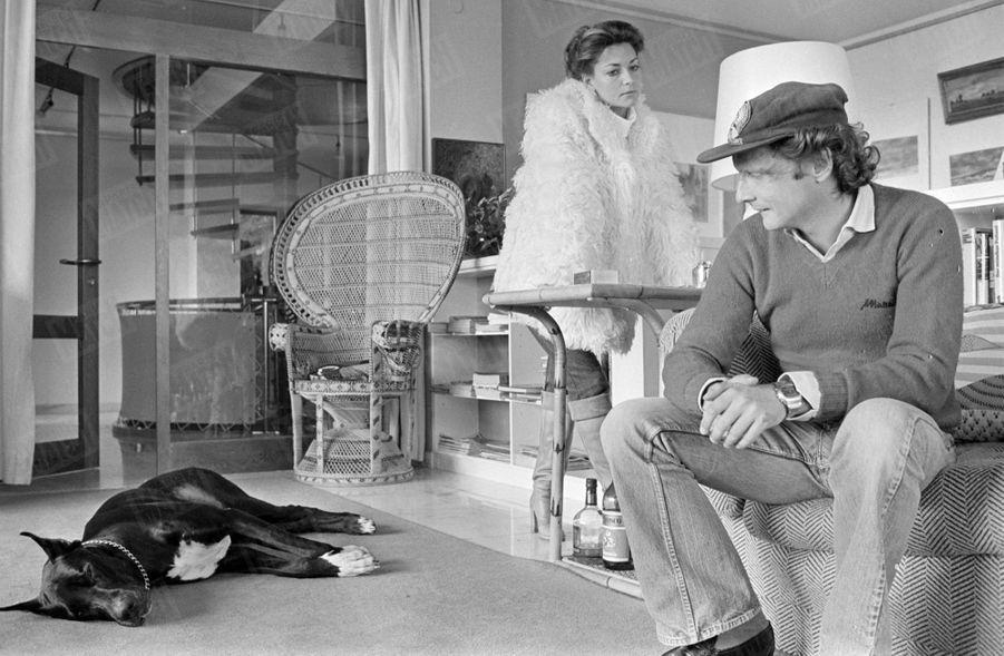 """""""Lauda n'en croit pas ses yeux: son chien Bagheera fait la sieste au lieu de ravager le chalet comme d'habitude. Il est vrai qu'ils reviennent d'une longue promenade en forêt."""" - Paris Match n°1484, 4 novembre 1977."""