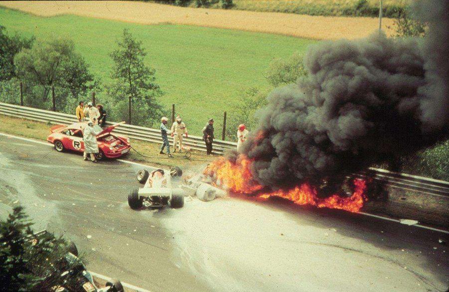 Le 1er août 1976, sur le circuit allemand du Nürburgring, la Ferrari de Niki Lauda part brusquement dans un mur puis s'embrase. Lechampion du monde en titrereste près d'une minute dans le cockpit, avant d'en être extrait par trois concurrents.
