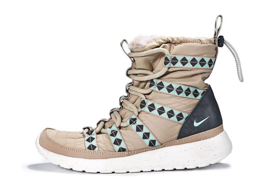 Running Rshe Run Hi SneakerBoots en Mesh, fourrure synthétique et semelle en caoutchouc. Nike, 120 €.