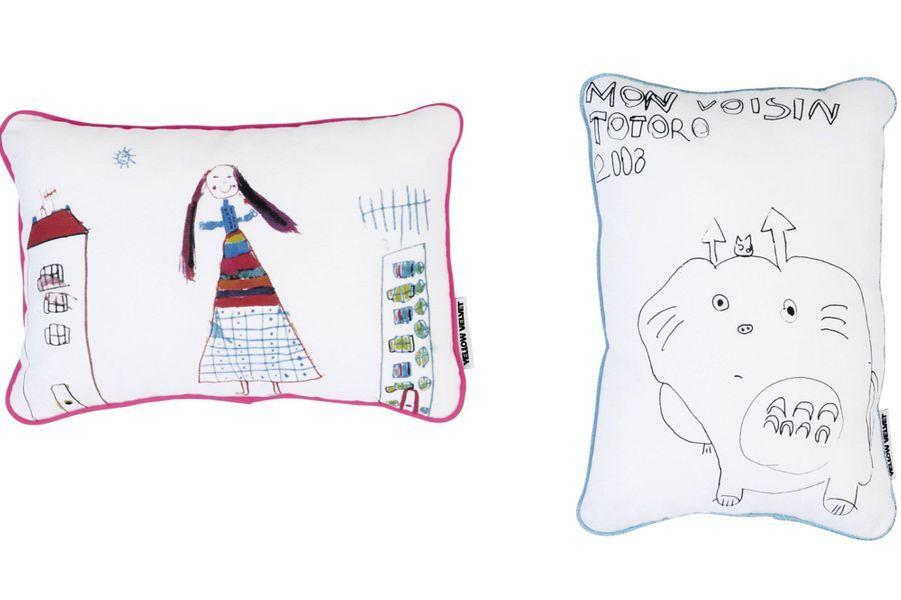 Imprimez le dessin préféré de votre enfant sur un coussin en coton avec passepoil contrasté. Yellow Velvet, 35 €.