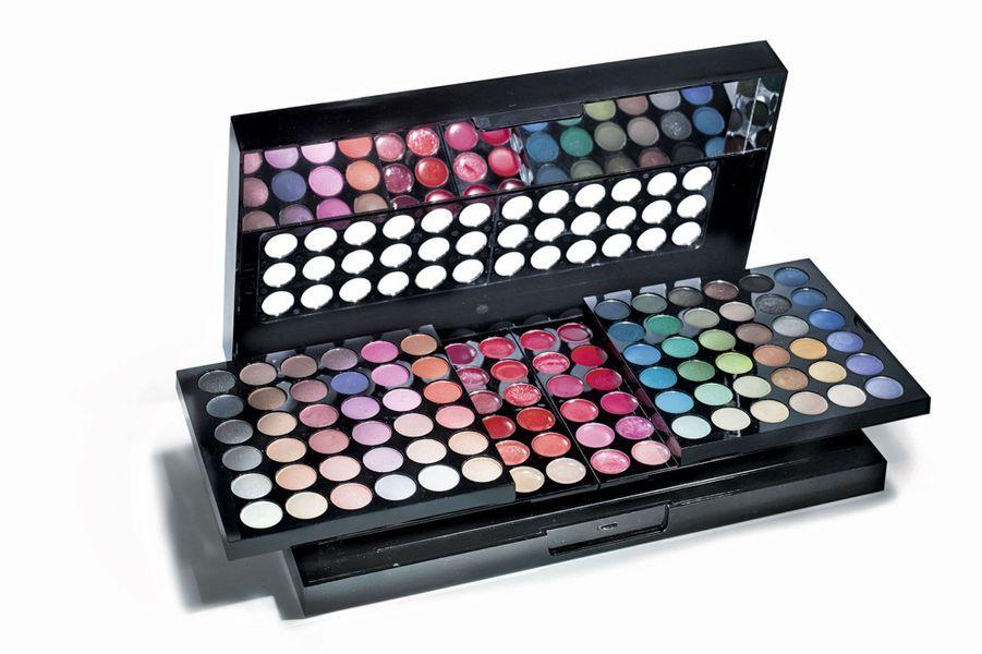 134 couleurs de fards à paupières, gloss, rouges à lèvres, blushs et poudres, le tout à prix mini... La Grande Palette maquillage Marionnaud, 24,90 €.