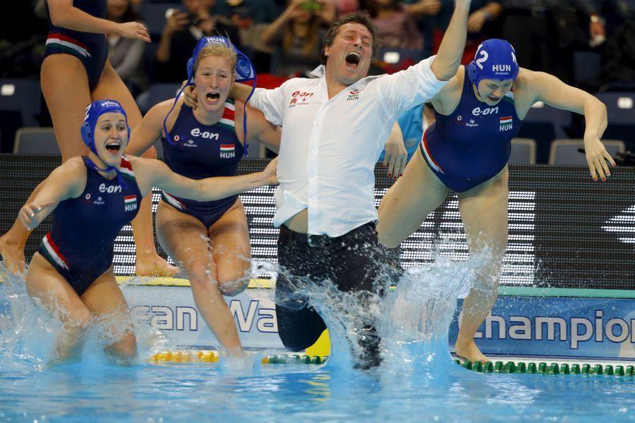 Le coach de l'équipe féminine hongroise de waterpolo plonge pour fêter la médaille d'or aux championnat d'Europe à Belgrade.