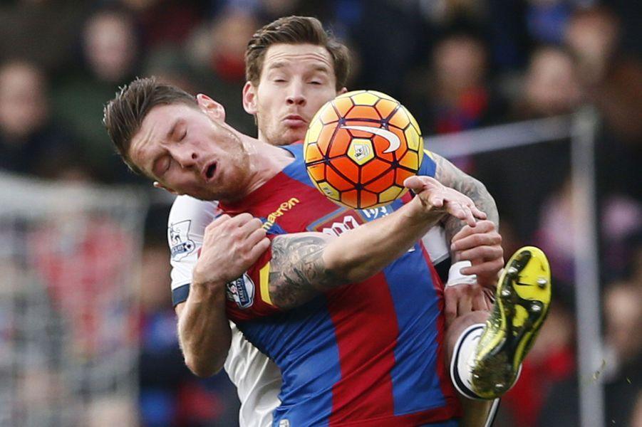 Connor Wickham (Crystal Palace) à la lutte avec Jan Vertonghen (Tottenham)