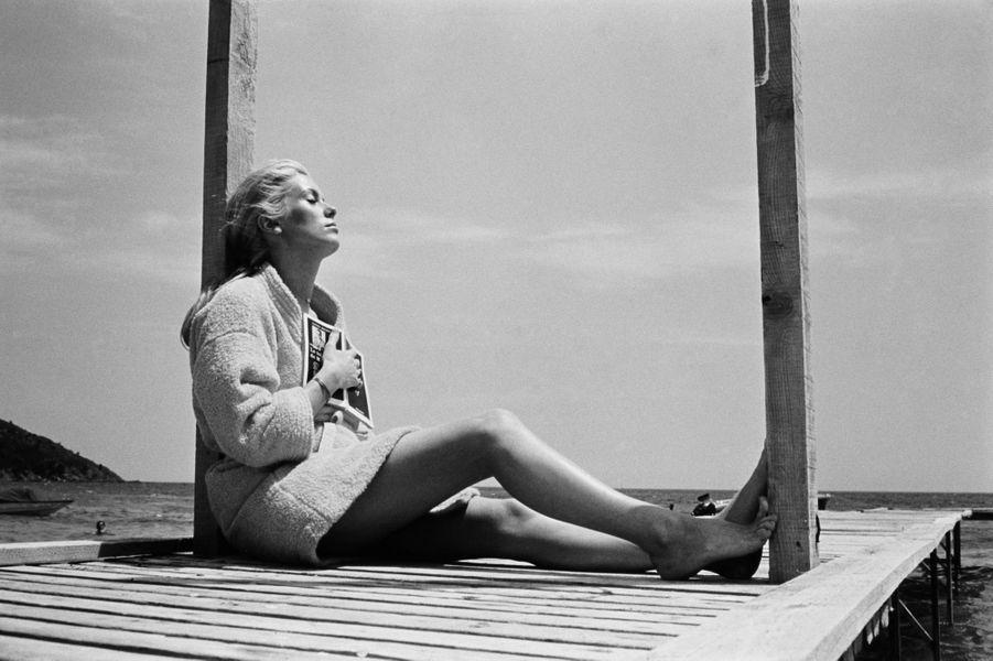 Juin 1968. Loin de Paris qui bruisse encore des barricades de mai, Catherine Deneuve, en juin 1968, se délasse sur un ponton de la plage de Pampelonne, à Saint-Tropez. Il s'agit d'une simple pause pendant le tournage de « La chamade », le film d'Alain Cavalier tiré d'un roman de Françoise Sagan, dont les prises de vue se déroulent à Nice. Catherine, devenue une des principales stars du cinéma français après le succès des « Parapluies de Cherbourg », de « Répulsion », des « Demoiselles de Rochefort » et de « Belle de jour », y retrouve Michel Piccoli pour la quatrième fois.Pour célébrer la 1000e photo exposée dans la grande galerie de Paris Match, la rédaction vous propose six clichés intemporels.