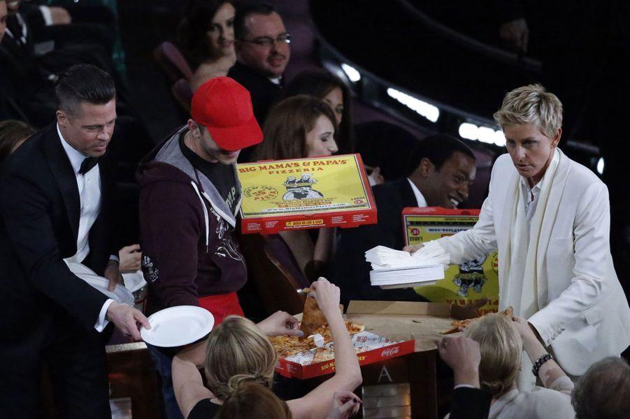 Ellen DeGeneres distribue de la pizza