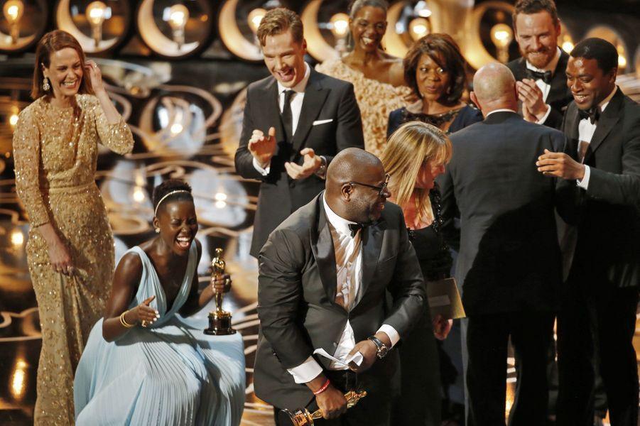 """Steve McQueen et Lupita Nyong'o avec les autres acteurs du film """"12 Years a Slave"""""""
