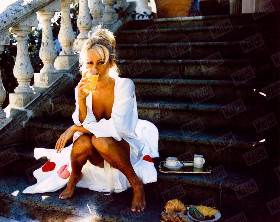 Pamela Anderson chez elle à Los Angeles en 1995, lors de son premier rendez-vous photos avec Paris Match.