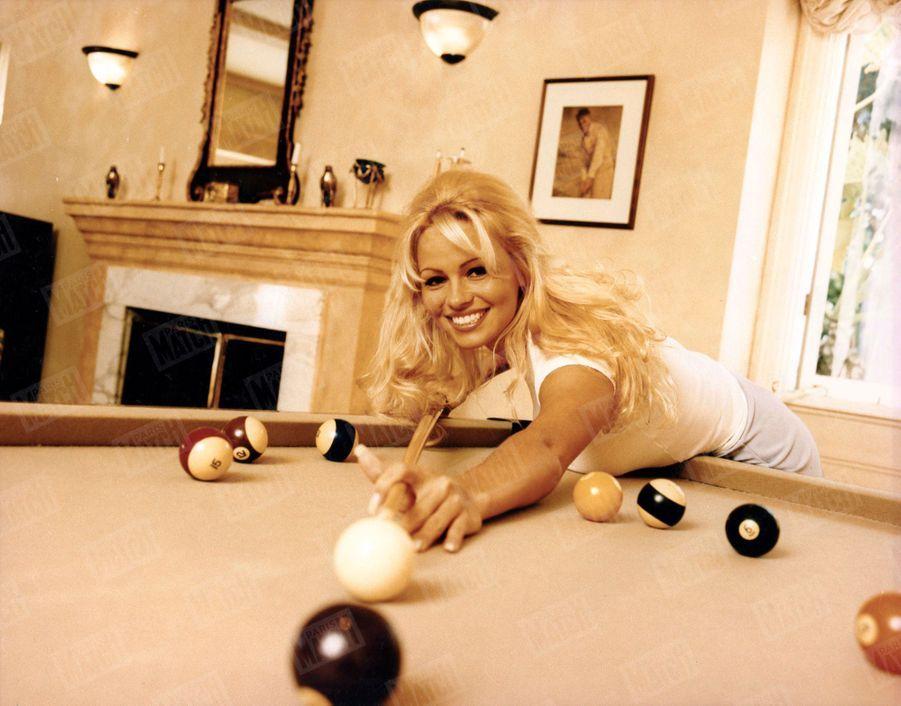 « Il y a cinq ans, lorsqu'elle a emménagé dans sa maison de Los Angeles, la première chose qu'elle a installée, c'est un billard. » - Paris Match n°2389, 9 mars 1995