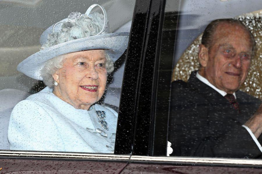 La reine Elizabeth et son mari Philip arrivant à la chapelle St George
