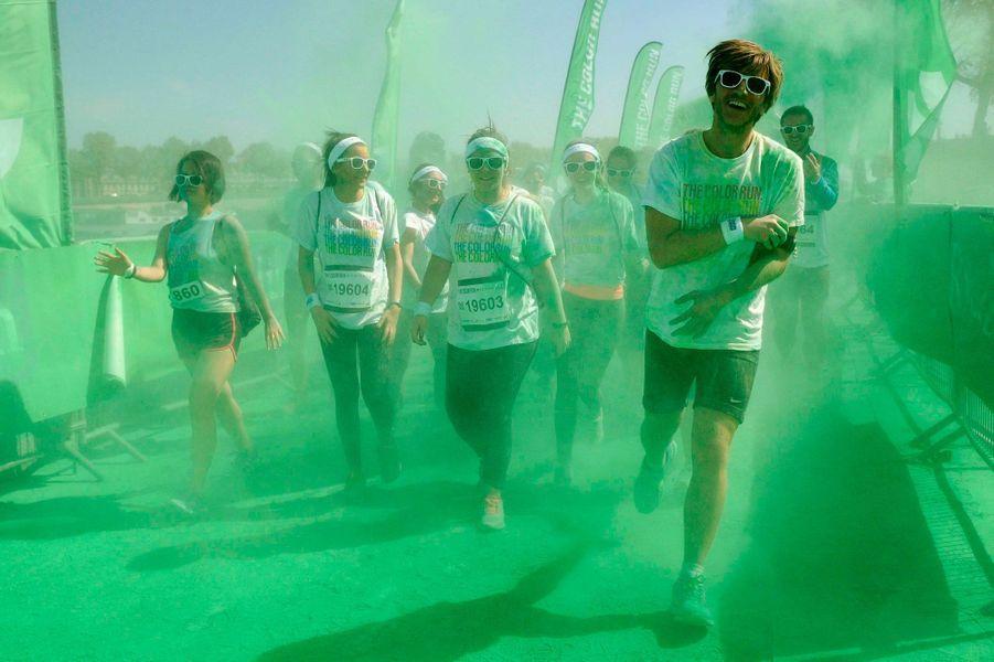 Les participants sont aspergés de couleurs