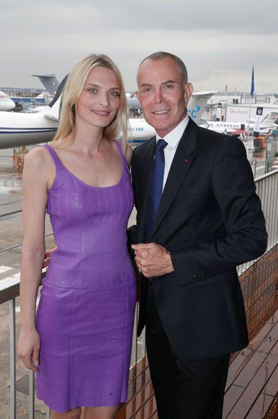 Sarah Marshall et Jean-Claude Jitrois, tous deux impressionnés par le fuselage des avions.