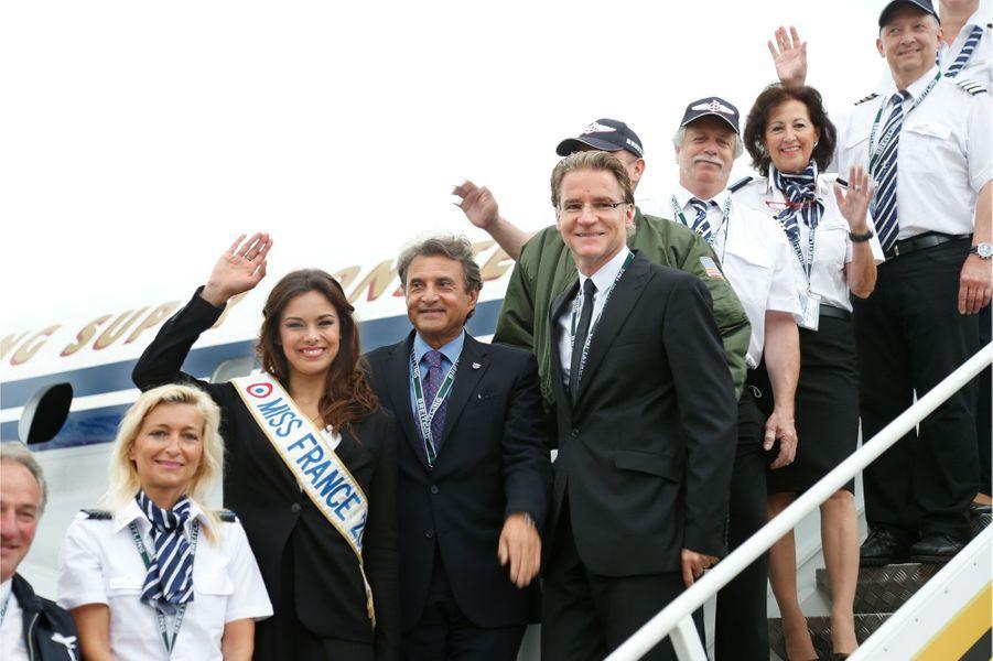 André Uzan, Directeur général France de Breitling, entre Miss France 2013 et Olivier Royant, avec l'équipage de «Constellation».