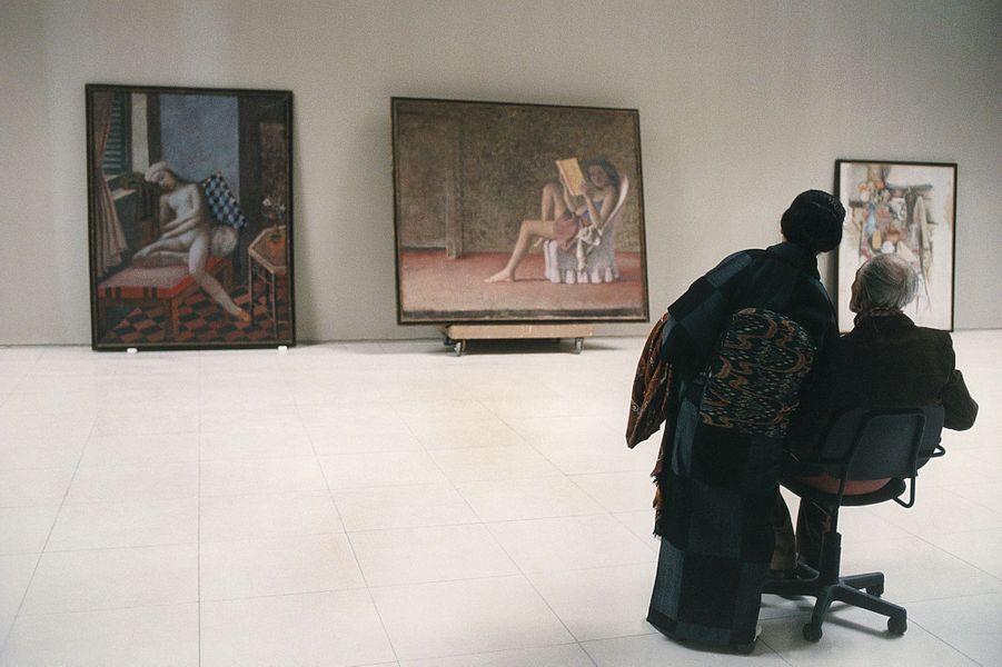 Balthus et son épouse Setsuko supervisent l'accrochage des tableaux de la période italienne du peintre, à Rome en novembre 1996
