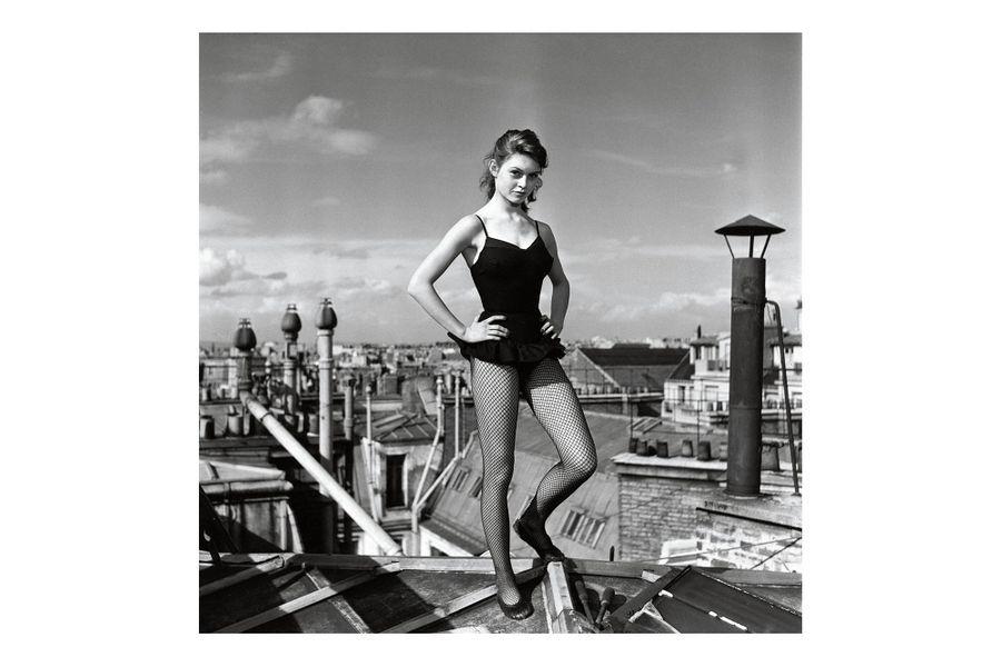 Brigitte Bardot à 17 ans, pose en tenue de danseuse sur le toit d'un immeuble parisien, mai 1952