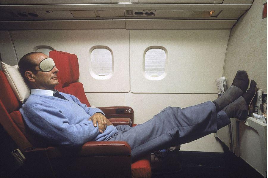 En route vers la Nouvelle-Calédonie, Jacques Chirac se repose à bord du Concorde le 18 septembre 1987